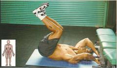 Медленно, напрягая мышцы живота, подтяните ноги по направлению к груди до отрыва ягодиц от пола
